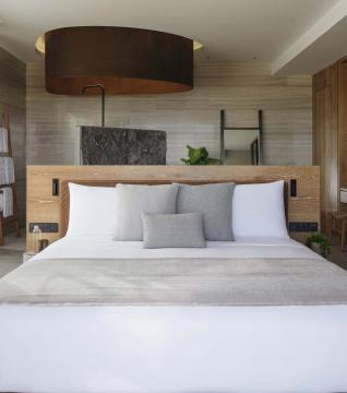 Ocean Pool View Suite Bed